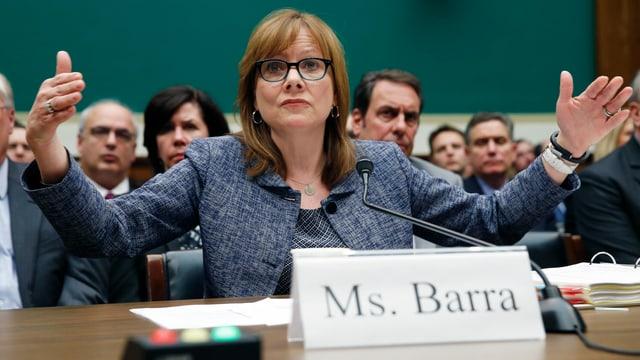 GM-Chefin Mary Barra steht den Parlamentsabgeordneten in Washington Red und Antwort.