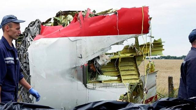 Soldaten tragen ein Wrackteil der MH17 weg, die über der Ukraine abgestürzt ist.