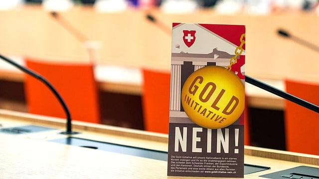 Ein Tisch-Flyer mit einer «Nein»-Parole zur Gold-Initiative.