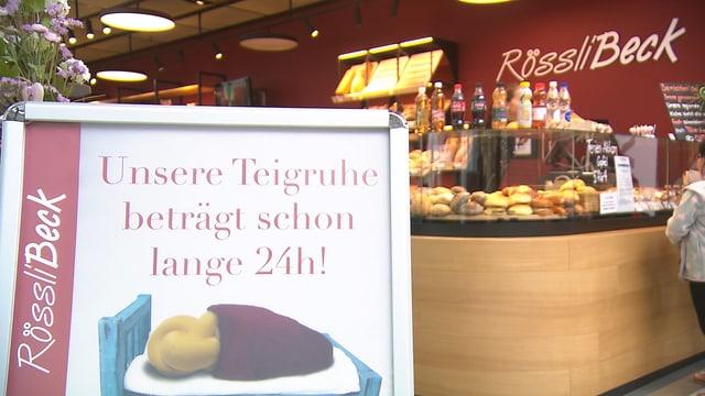 Tafel an Bäckerei mit Hinweis, dass die Teigruhe 24 Stunden beträgt.