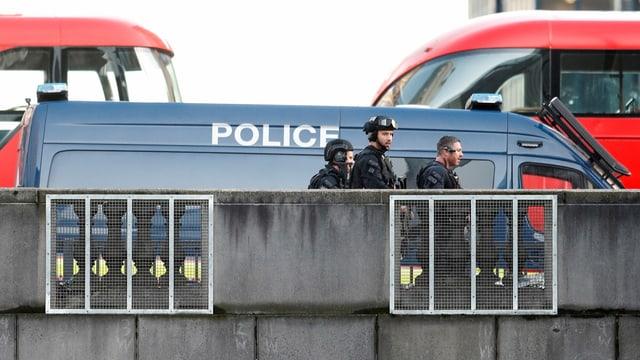 Polizisten auf der Brücke.