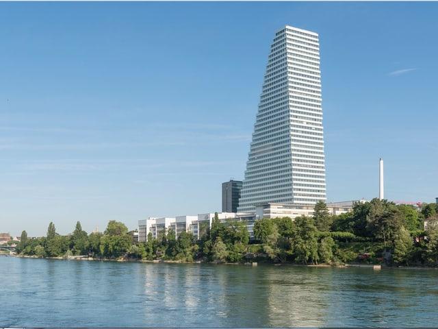 Roche-Bürohochhaus Bau 1 nach Fertigstellung, im Vordergrund sieht man den Rhein.