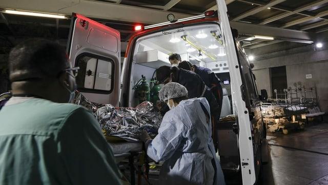 Mann wird in Ambulanz transferiert.