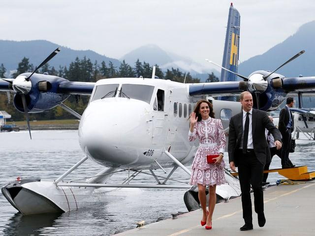 William und Kate vor einem Wasserflugzeug