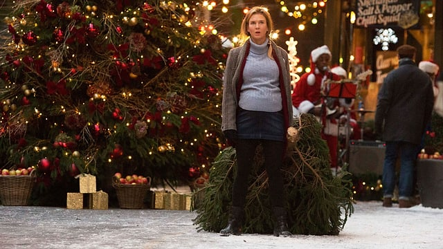 Bridget Jones schleppt schwanger eine Weihnachtstanne.