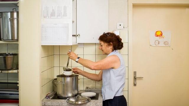 Geschäftsführerin Regula Rother schöpft eine Tasse Suppe im Café Yucca der Zürcher Stadtmission.