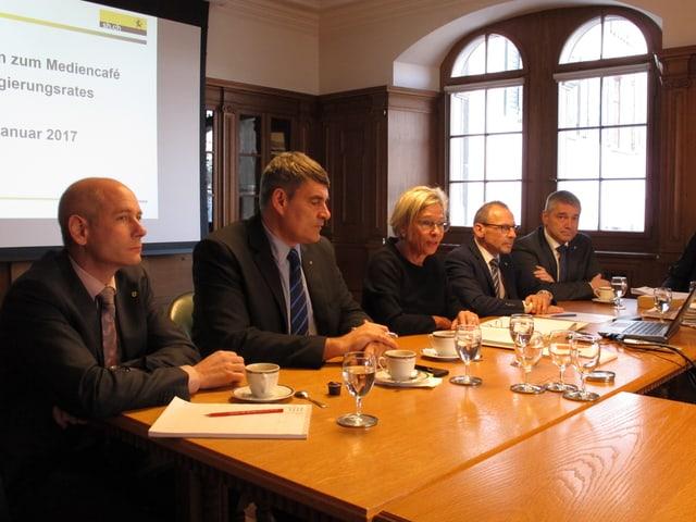 Der Regierungsrat erklärt die Unternehmenssteuerreform - dahinter Ausschnitte der Präsentation.