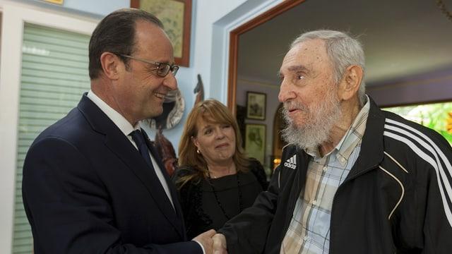 François Hollande und Fidel Castro schütteln sich die Hände.