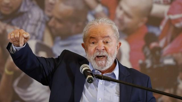 Lula da Silva an einem Mikrofon stehend und gestikulierend