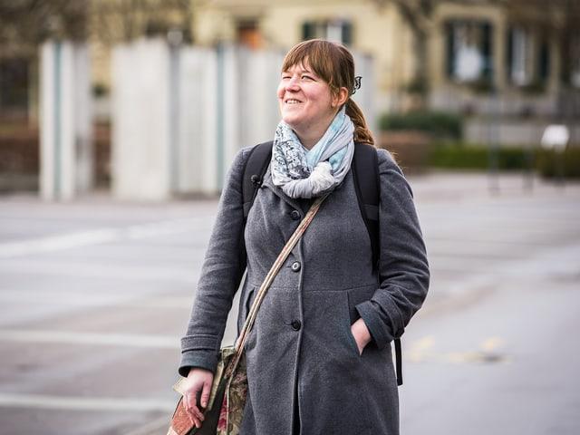 Annelies Djellal geht auf der Strasse.