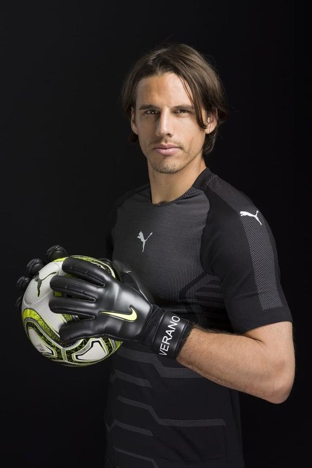 Yann Sommer mit einem Fussball in den Händen vor einem dunklen Hintergrund.