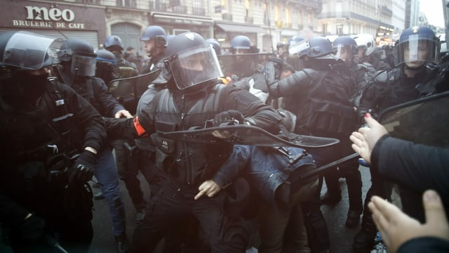 Demonstranten und Einsatzkräfte