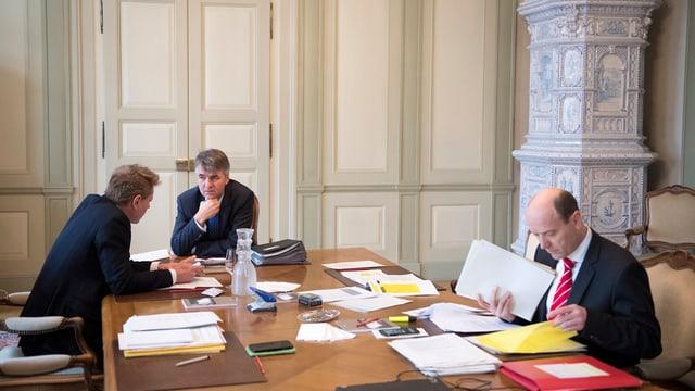 Die drei Gemeinderäte am Tisch.