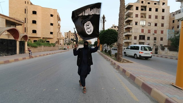 Dschihadist cun ina bandiera dals Stadi islamic.