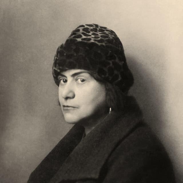 Schwarz-weiss Foto einer Frau mit Leoparden-Mütze.