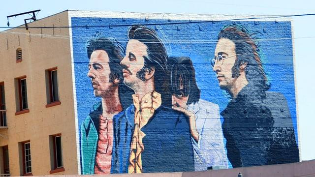 Wandmalerei, die die vier Beatles zeigt.