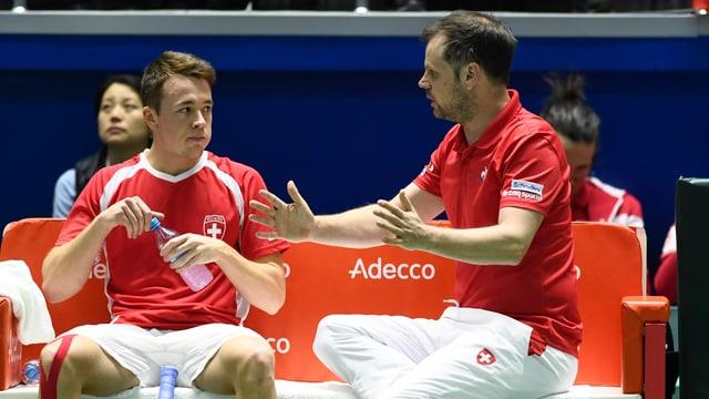 Davis-Cup-Captain Severin Lüthi mit Adrian Bodmer.
