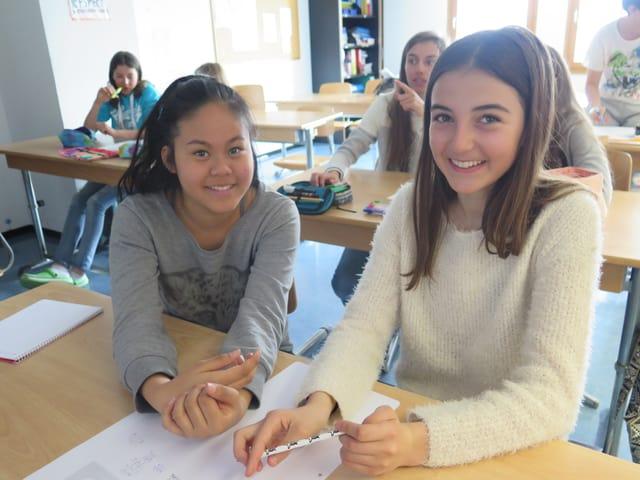 Porträt von zwei Schülerinnen.