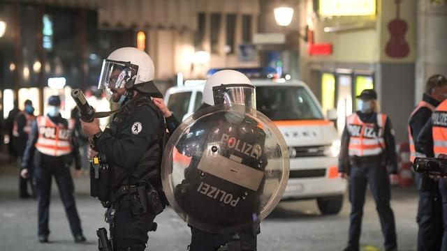 Policists durant la notg da craval.