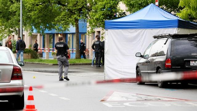 Tatort eines Tötungsdelikts in Genf mit Zelt und Polizisten