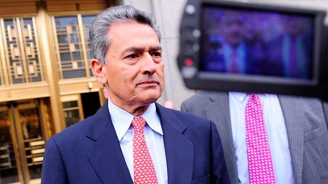 Zwei Mal Gupta, davon ein Mal im Bildschirm einer Videokamera.