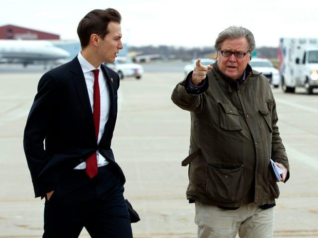Jared Kushner, Trumps Schwiegersohn, und Stephen Bannon, der künftige Chefstratege im Weissen Haus, auf dem Flughafen von Indianapolis.