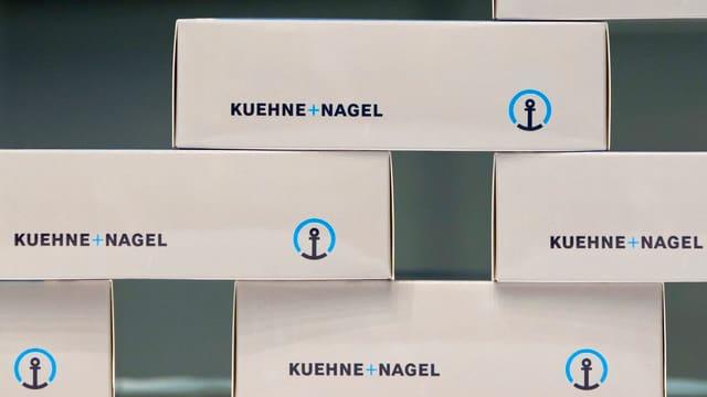 Schachteln mit Logo.