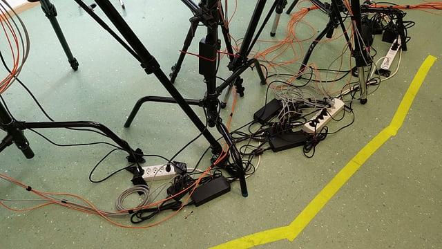 Kabelgewirr am Boden.