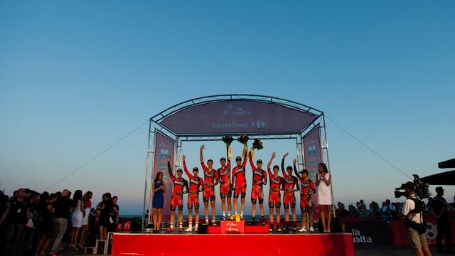 Das Team BMC posiert für das Siegerfoto.