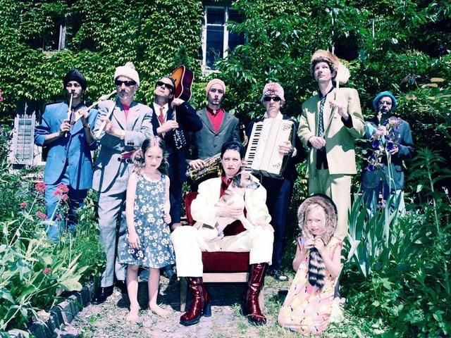 Musiker posieren mit ihren Instrumenten.