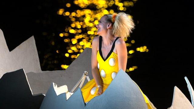 Papagena (Denise Beck) entschlüpft auf der gigantischen «Zauberflöte»-Bühne einem Ei.