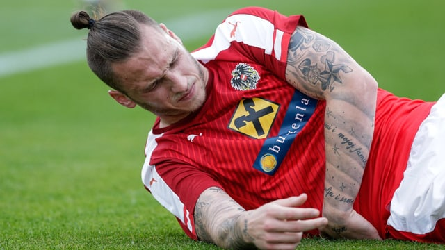 Marko Arnautovic am Boden liegend mit schmerzverzerrtem Gesicht.