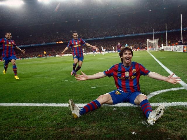 Nach seinem Goal zum 2:1 lässt sich Messi sich an der Eckfahne feiern.