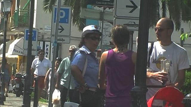 Ehepaar diskutiert mit einer italienischen Polizistin