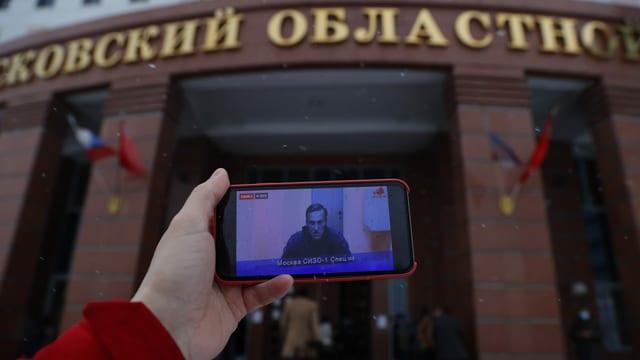 Übertragung der Anhörung von Nawalny vor Gerichtsgebäude