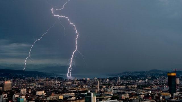 Ein Blitz schlägt im Zürichsee ein.