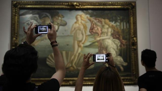 Menschen mit Handy vor der «Geburt der Venus» von Botticelli.