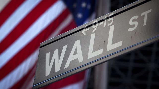 Wall Street-Strassenschild vor US-Flagge