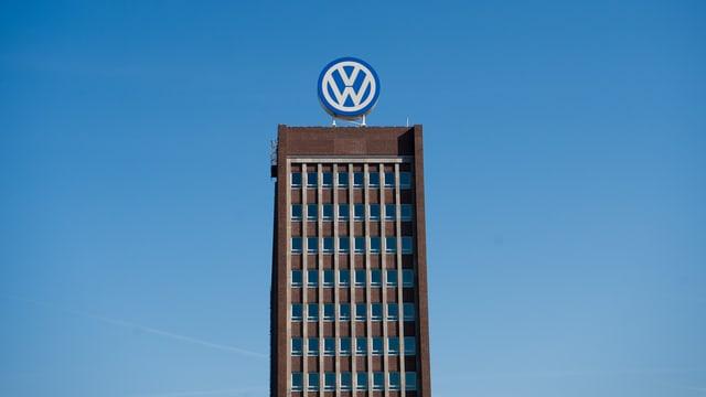 bajetg d'adminsitraziun da VW cun il logo sin il tetg