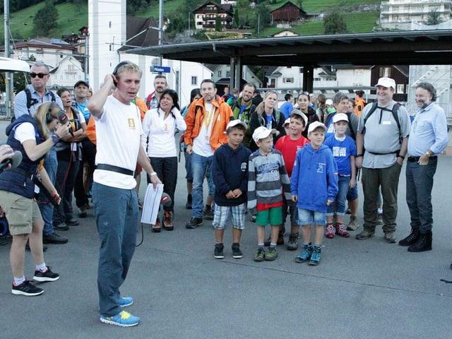 Die Wandergruppe mit Kindern stehen am Bahnhof Flüelen.