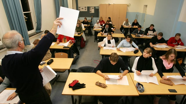 Lehrer vor einer Klasse.