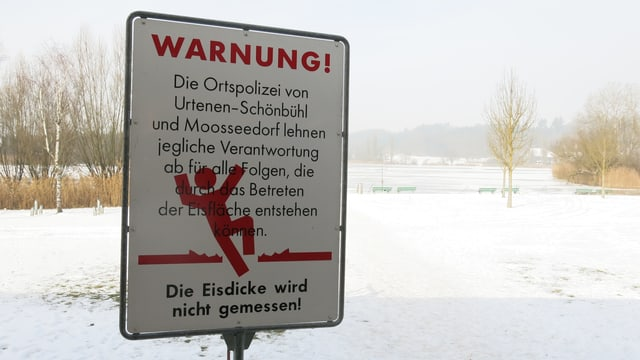 Schild am Ufer