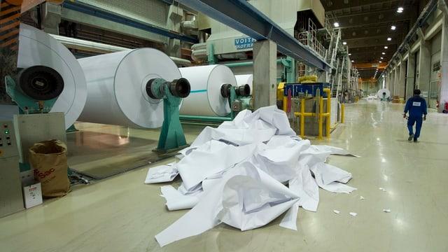 Papierrollen in einer grossen Halle.