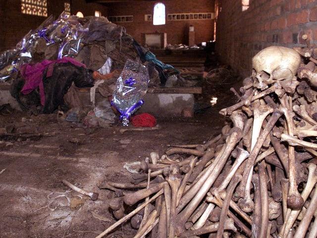 Schädel und Kleider in Kirche.