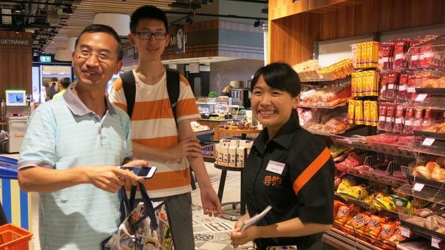 Chinesische Verkäuferin berät chinesische Kunden.