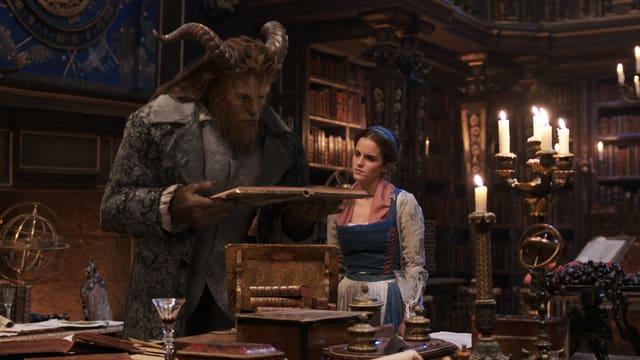 Das Biest zeigt der Schönen seine Bibliothek.