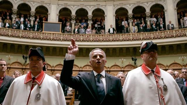 Bundesrat Burkhalter schwört bei seiner Vereidigung mit erhobener Hand