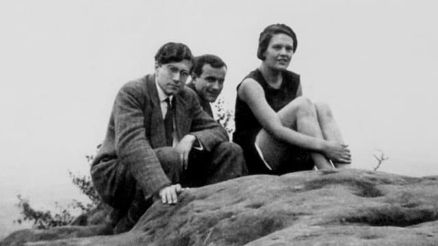Drei Schauspieler blicken in die Kamera.