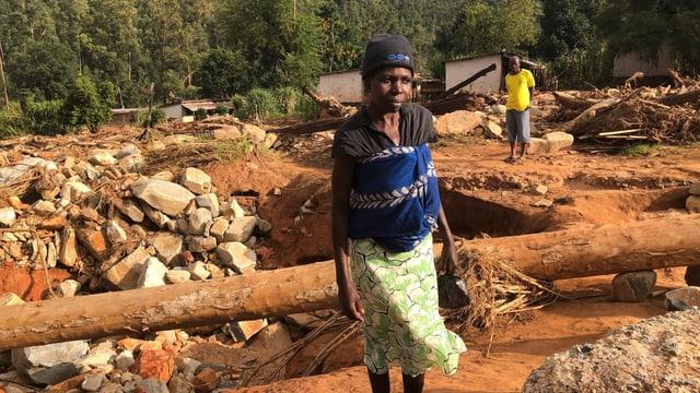 Ein Mann und eine Frau stehen vor ihren zerstörten Häusern