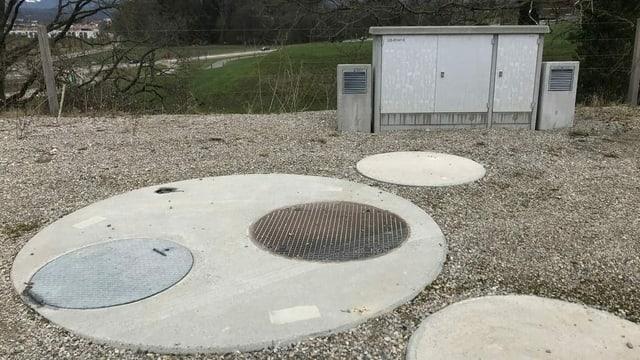 Runde Betonplatte mit Dohlendeckel.